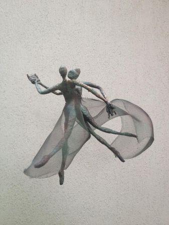 Aranka mezosi     DANCING IN AIR  Sculpture-graphics Wire, aluminum,glue, akryl paint  45cmx40cmx30cm 110 gramm   470 Euro   bis